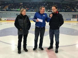 EHC Arosa-Speaker Hansruedi Bächinger interviewt in der zweiten Drittelspause EHC Arosa-Kultspieler Guido Lindemann (links) und EHC Biel-Sportchef Martin Steinegger.